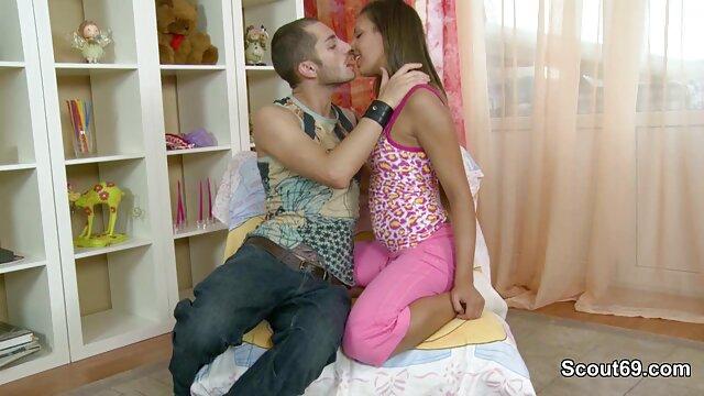 Regina Sparks gay follado por caballo divirtiéndose con las pertenencias de un ladrón calvo en un albergue